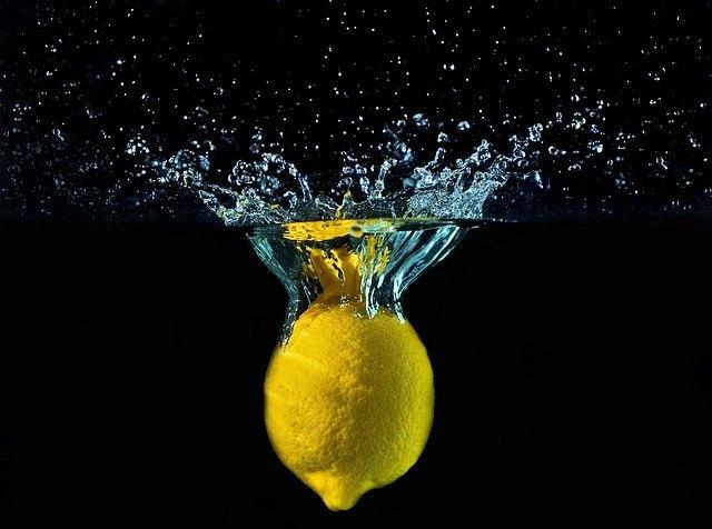 Zitrone spritzt ins Wasser