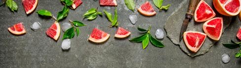 Geschnittene Grapefruit mit Blättern