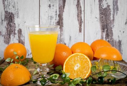 frisch gepresster Orangensaft in rustikalem Ambiente