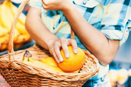 Orange in einem Einkaufskorb